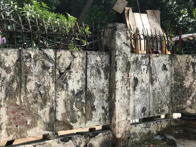 Bên trong căn biệt thự kiểu Pháp hoang tàn trên đất vàng Hà Nội trở thành nơi gửi xe - Ảnh 7.