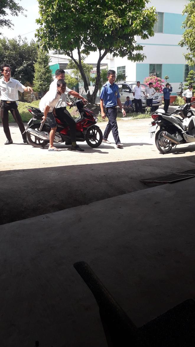 Vụ hàng trăm học viên cai nghiện ma túy chặn đường cướp xe máy của người dân: Còn 52 người bỏ trốn - Ảnh 1.