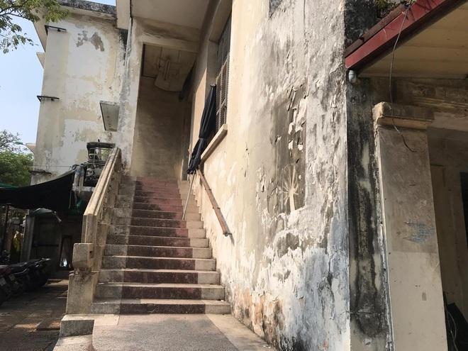 Bên trong căn biệt thự kiểu Pháp hoang tàn trên đất vàng Hà Nội trở thành nơi gửi xe - Ảnh 5.