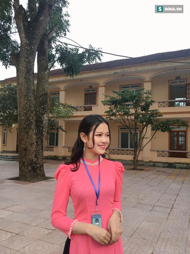Bức ảnh cô giáo thực tập mặc áo dài hồng gây sốt MXH và sự thật bất ngờ đằng sau  - Ảnh 1.
