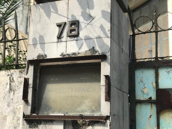 Bên trong căn biệt thự kiểu Pháp hoang tàn trên đất vàng Hà Nội trở thành nơi gửi xe - Ảnh 1.
