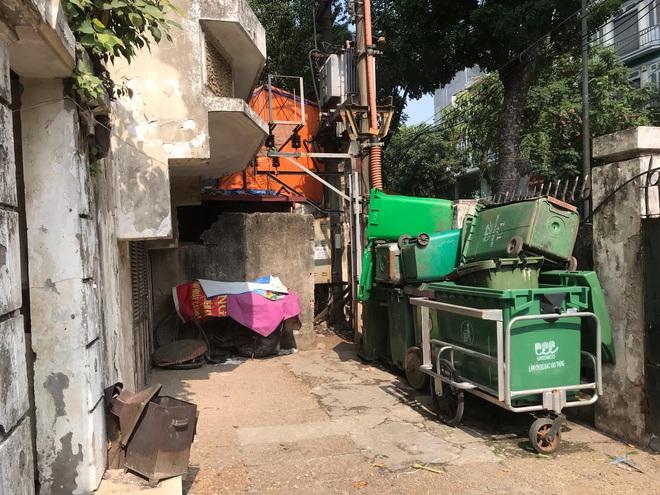 Bên trong căn biệt thự kiểu Pháp hoang tàn trên đất vàng Hà Nội trở thành nơi gửi xe - Ảnh 19.