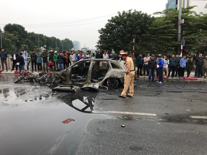 Hiện trường vụ xe sang Mercedes GLC 250 đâm xe máy khiến 1 người nguy kịch rồi bốc cháy dữ dội - Ảnh 7.