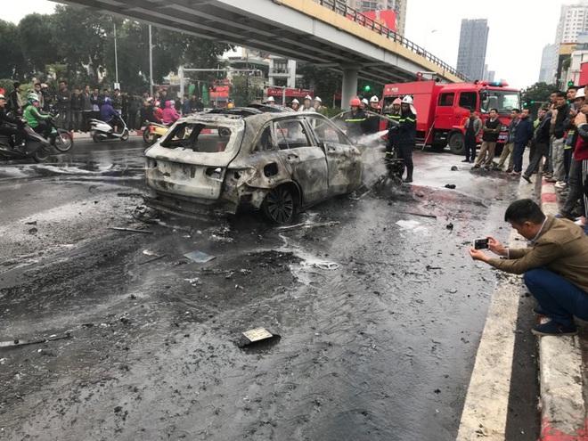 Hiện trường vụ xe sang Mercedes GLC 250 đâm xe máy khiến 1 người nguy kịch rồi bốc cháy dữ dội - Ảnh 6.