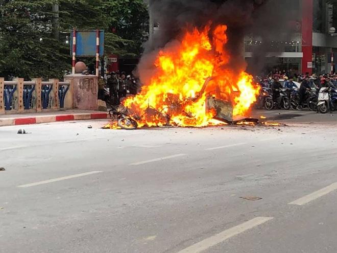 Hiện trường vụ xe sang Mercedes GLC 250 đâm xe máy khiến 1 người nguy kịch rồi bốc cháy dữ dội - Ảnh 3.