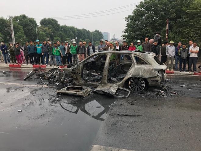 Kỹ sư ô tô nhận định về nguyên nhân xe Mercedes bốc cháy dữ dội sau va chạm với xe máy khiến 1 người tử vong ở Hà Nội - Ảnh 1.