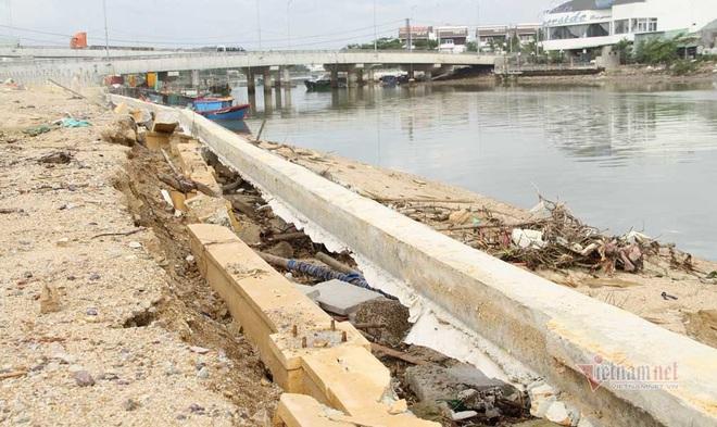 Kè sông gần 12 tỷ đồng rỗng ruột, đổ tuột xuống sông - Ảnh 2.