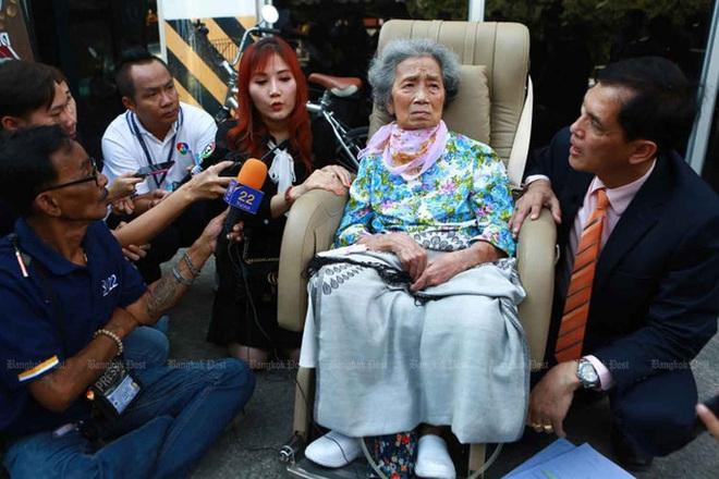 Bà Huay Sriwirat hôm 19-11 ngồi xe lăn tới Toà án dân sự Phra Kanon. Ảnh: The Bangkok Post