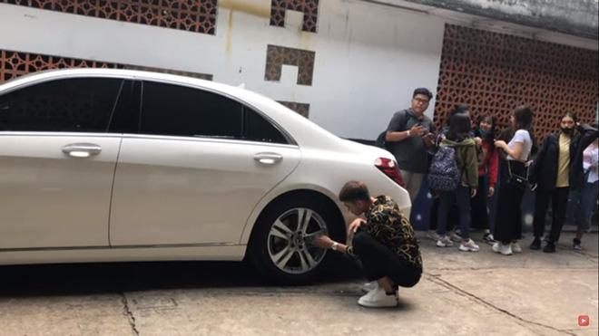 Bị đùa quá trớn, phó GĐ Khương Dừa bực mình, bắt trợ lý đạo diễn đi lau xe cho Trấn Thành - ảnh 3