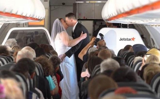 Cặp đôi tổ chức lễ cưới khi máy bay đạt 11.000 mét, hành khách reo hò chúc mừng