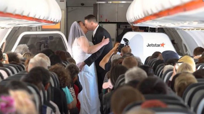 Cặp đôi tổ chức lễ cưới khi máy bay đạt 11.000 mét, hành khách reo hò chúc mừng - Ảnh 1.