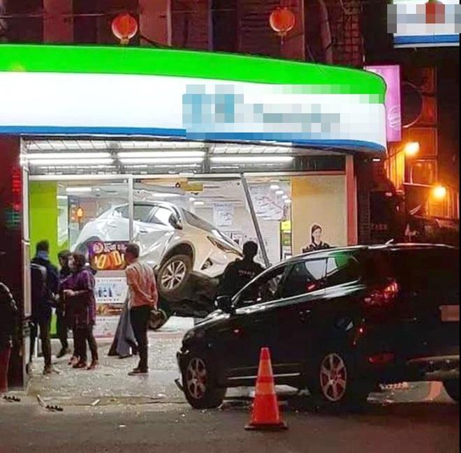 CLIP: Nữ tài xế tông ô tô khác lộn nhào vào siêu thị, lời khai với cảnh sát khiến tất cả ngao ngán - Ảnh 2.