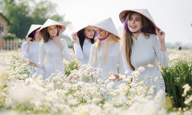 Thiếu nữ phương Tây khoe sắc giữa đồng hoa hoạ mi Hà thành - Ảnh 1.