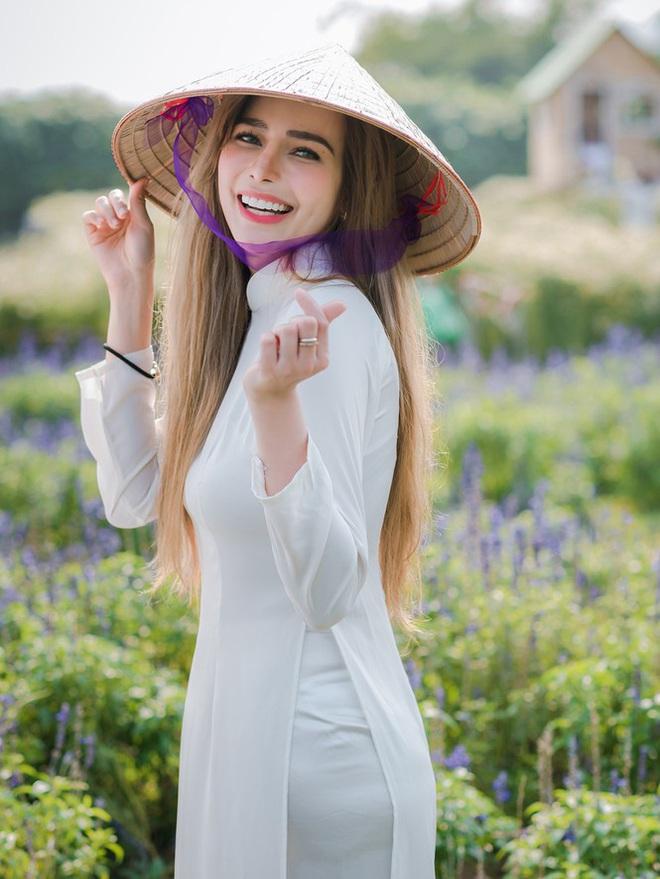 Thiếu nữ phương Tây khoe sắc giữa đồng hoa hoạ mi Hà thành - Ảnh 5.