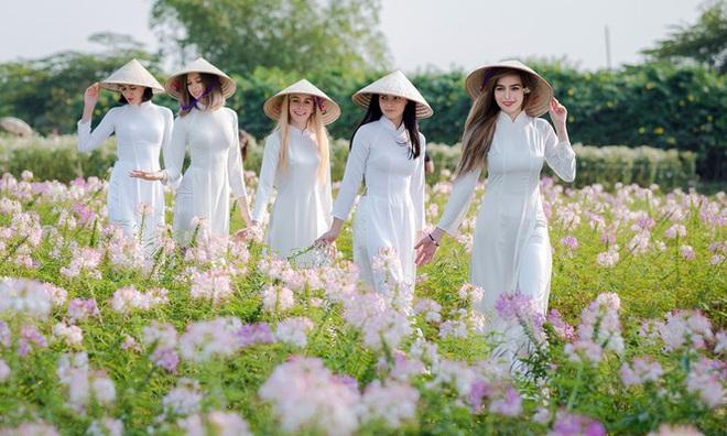 Thiếu nữ phương Tây khoe sắc giữa đồng hoa hoạ mi Hà thành - Ảnh 7.