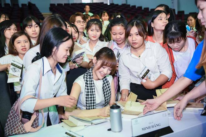 Hoa hậu Giáng My: Sách quý là kim chỉ nam soi sáng cho thanh niên Việt - Ảnh 5.
