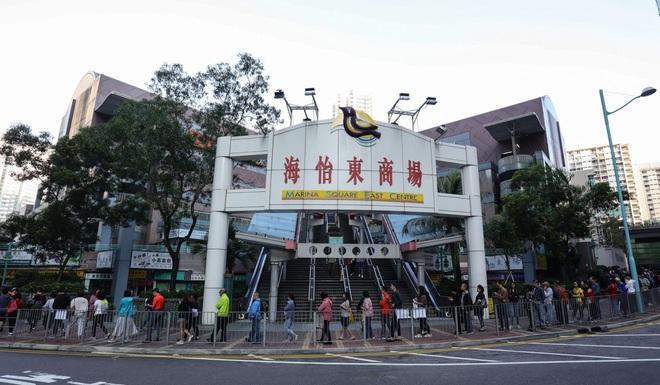 Hong Kong yên ắng lạ thường sau chuỗi ngày hỗn loạn: Số cử tri kỷ lục đi bỏ phiếu, nhiều người tự giác dậy từ rất sớm - Ảnh 4.
