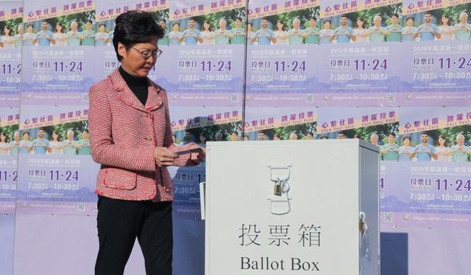 Hong Kong yên ắng lạ thường sau chuỗi ngày hỗn loạn: Số cử tri kỷ lục đi bỏ phiếu, nhiều người tự giác dậy từ rất sớm - Ảnh 1.