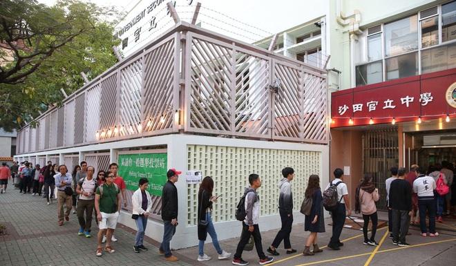 Hong Kong yên ắng lạ thường sau chuỗi ngày hỗn loạn: Số cử tri kỷ lục đi bỏ phiếu, nhiều người tự giác dậy từ rất sớm - Ảnh 5.
