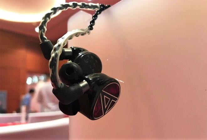 Cận cảnh bộ đôi siêu tai nghe đắt nhất thế giới tại Hà Nội - Ảnh 3.