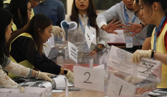 Kết quả bầu cử chấn động ở Hong Kong: Phe dân chủ thắng đậm - Ảnh 1.