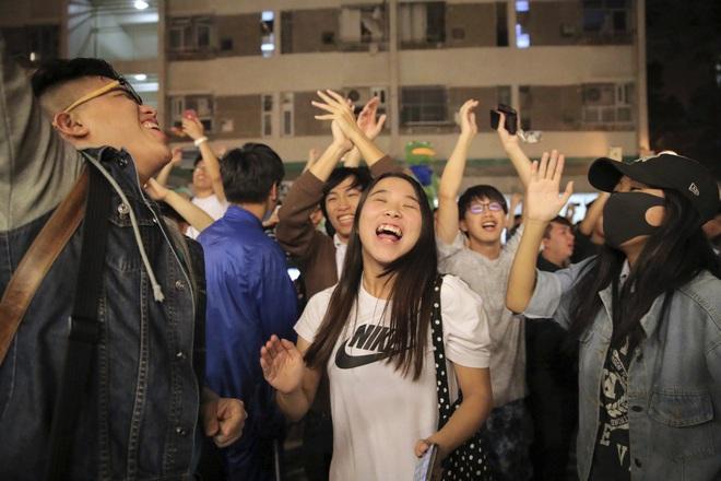 Bầu cử Hồng Kông: Phe ủng hộ Bắc Kinh thua ở 17/18 quận, chuyên gia Trung Quốc cảnh báo chính phủ điều gì? - Ảnh 2.