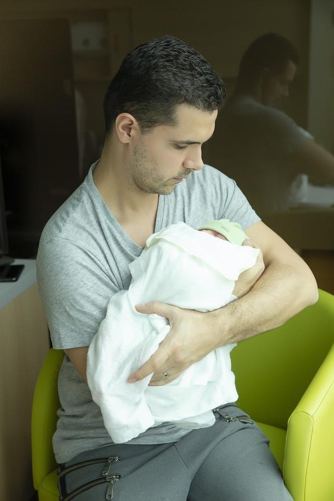 Chồng Tây một tay chăm Phương Mai và con trai mới sinh - Ảnh 7.