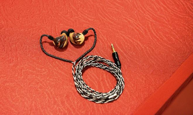 Cận cảnh bộ đôi siêu tai nghe đắt nhất thế giới tại Hà Nội - Ảnh 6.