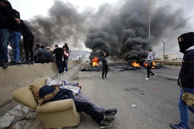 24h qua ảnh: Người biểu tình bốc cháy do trúng bom xăng ở Chile - Ảnh 11.