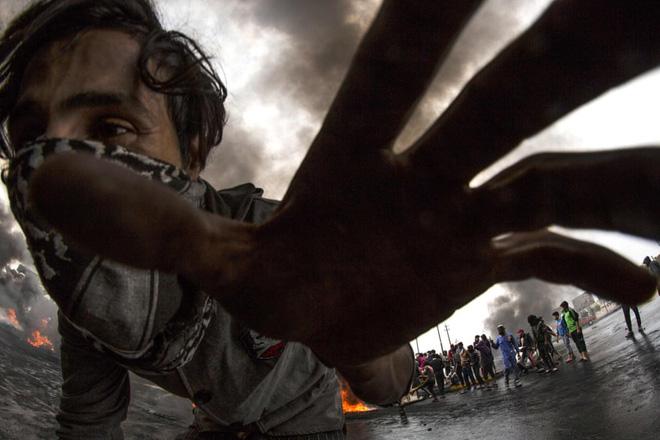 24h qua ảnh: Người biểu tình bốc cháy do trúng bom xăng ở Chile - Ảnh 9.