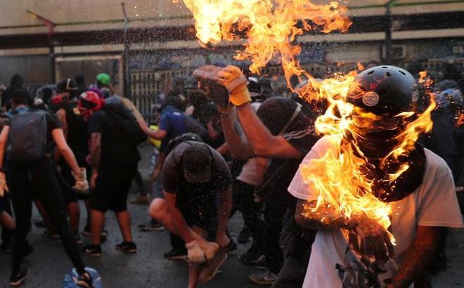 24h qua ảnh: Người biểu tình bốc cháy do trúng bom xăng ở Chile