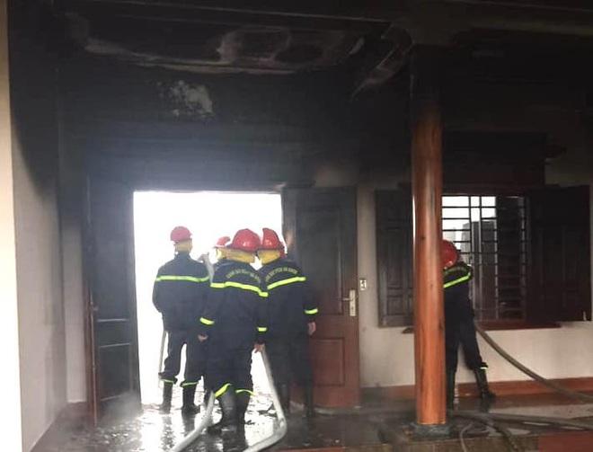 Bất cẩn khi thắp hương ngày mồng 1 khiến lửa lan cháy ngùn ngụt ở căn nhà gỗ - Ảnh 1.