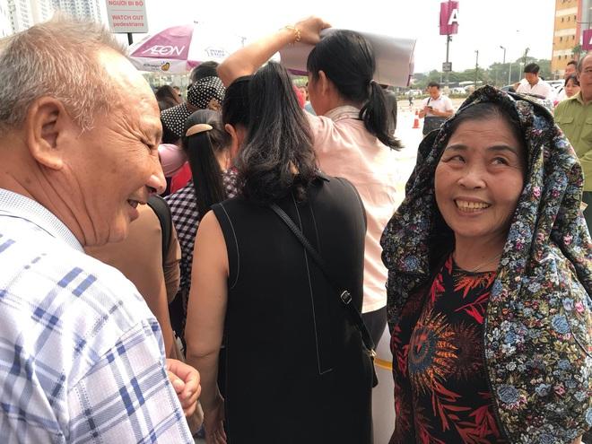 Người dân Hà Nội bỏ làm đổ xô về Aeon Mall Hà Đông trong ngày đầu khai trương - Ảnh 6.