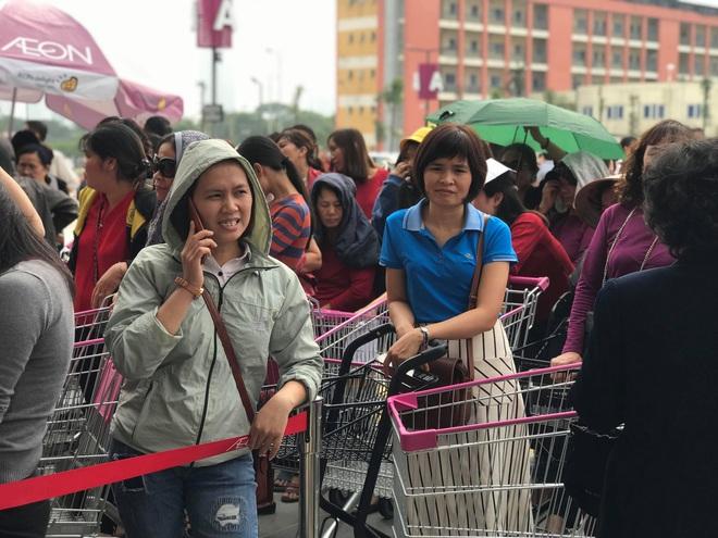 Người dân Hà Nội bỏ làm đổ xô về Aeon Mall Hà Đông trong ngày đầu khai trương - Ảnh 3.