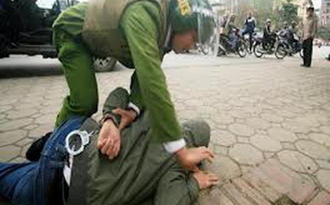 Người đàn ông dùng dao tấn công thượng uý công an