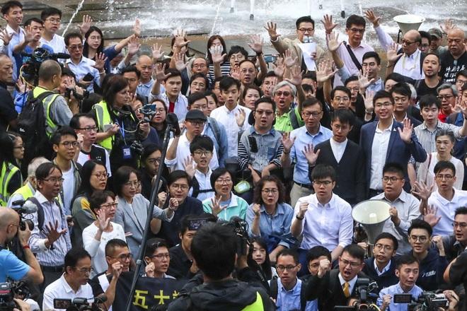 Hoàn Cầu công nhận phe dân chủ Hồng Kông thắng áp đảo, lãnh đạo nhóm ủng hộ Đại lục cúi đầu xin lỗi cử tri - Ảnh 1.