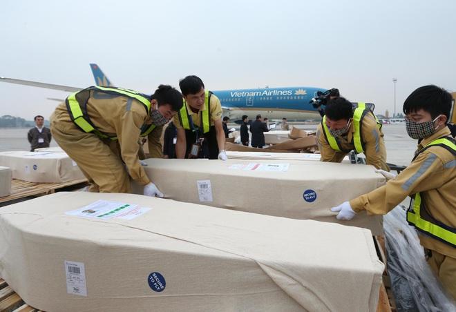16 thi hài trong số 39 nạn nhân Việt Nam thiệt mạng tại Anh đã về đến sân bay Nội Bài - Ảnh 1.