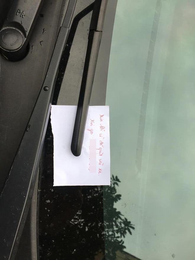 Nữ tài xế va quệt với ô tô khác trên đường và mảnh giấy nhắn gây chú ý - Ảnh 2.