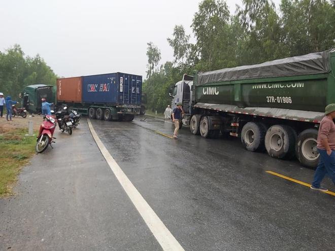 Tai nạn liên hoàn, 2 xe đầu kéo và máy xúc biến dạng, dính chặt nhau trên quốc lộ - Ảnh 1.