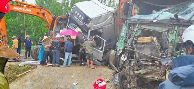 Tai nạn liên hoàn, 2 xe đầu kéo và máy xúc biến dạng, dính chặt nhau trên quốc lộ - Ảnh 2.