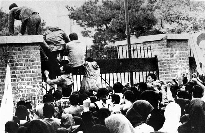 Nước Mỹ phải chết: Vụ đánh chiếm và bắt cóc gần 100 nhân viên ĐSQ Mỹ tại Iran 40 năm trước - Ảnh 1.