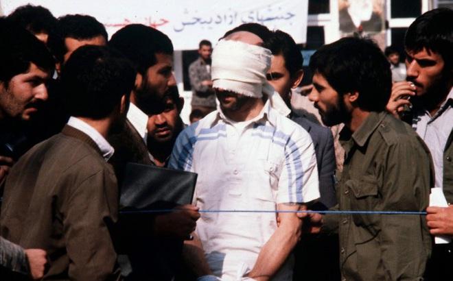 """""""Nước Mỹ phải chết"""": Vụ đánh chiếm và bắt cóc gần 100 nhân viên ĐSQ Mỹ tại Iran 40 năm trước"""