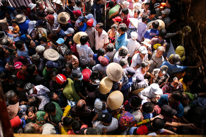 Hàng trăm người kéo đến biệt thự triệu đô xin gạo gây hỗn loạn, Ngọc Sơn phải xin lỗi hàng xóm  - Ảnh 4.