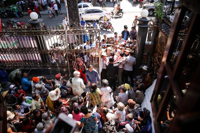 Hàng trăm người kéo đến biệt thự triệu đô xin gạo gây hỗn loạn, Ngọc Sơn phải xin lỗi hàng xóm  - Ảnh 3.