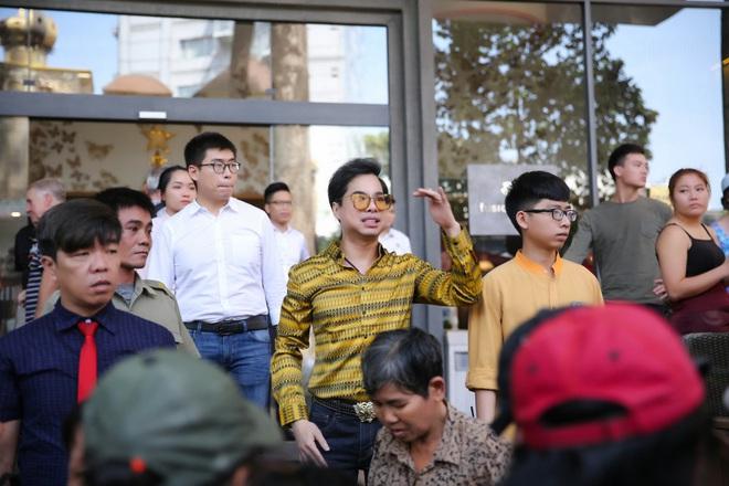 Hàng trăm người kéo đến biệt thự triệu đô xin gạo gây hỗn loạn, Ngọc Sơn phải xin lỗi hàng xóm  - Ảnh 8.