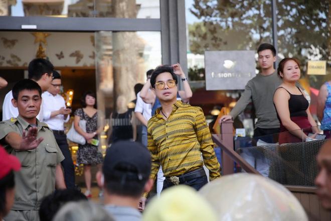 Hàng trăm người kéo đến biệt thự triệu đô xin gạo gây hỗn loạn, Ngọc Sơn phải xin lỗi hàng xóm  - Ảnh 2.