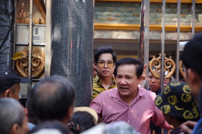 Hàng trăm người kéo đến biệt thự triệu đô xin gạo gây hỗn loạn, Ngọc Sơn phải xin lỗi hàng xóm  - Ảnh 10.