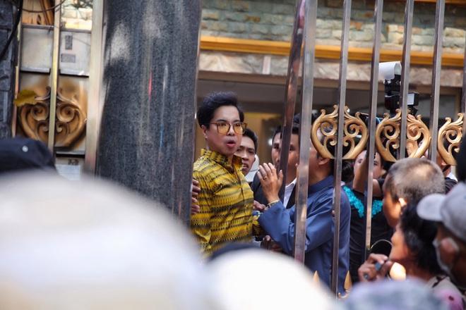 Hàng trăm người kéo đến biệt thự triệu đô xin gạo gây hỗn loạn, Ngọc Sơn phải xin lỗi hàng xóm  - Ảnh 9.