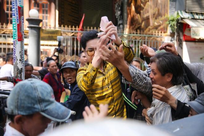Hàng trăm người kéo đến biệt thự triệu đô xin gạo gây hỗn loạn, Ngọc Sơn phải xin lỗi hàng xóm  - Ảnh 7.