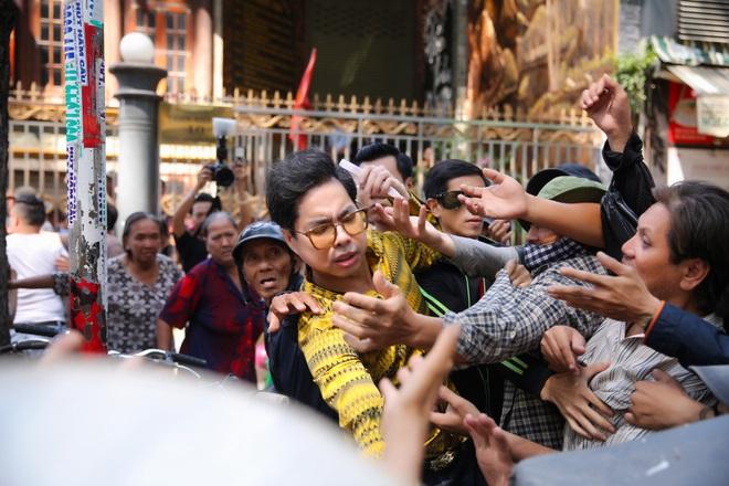 Hàng trăm người kéo đến biệt thự triệu đô xin gạo gây hỗn loạn, Ngọc Sơn phải xin lỗi hàng xóm  - Ảnh 5.